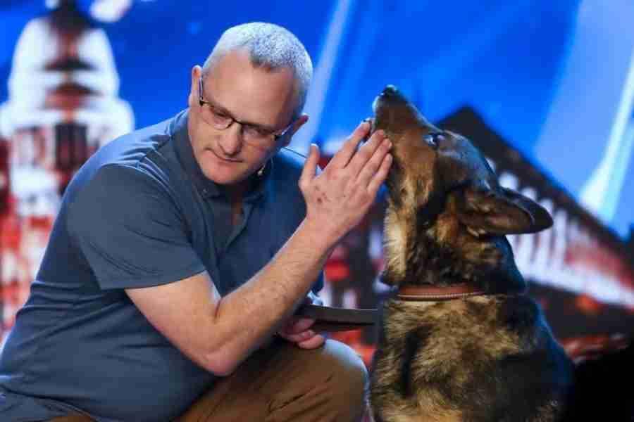 Cão policial provoca lágrimas em jurados, plateia e bastidores de programa