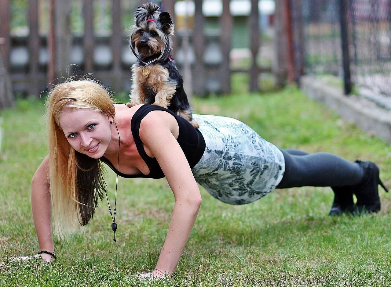 mulher e cão fazem ginástica - Foto Pixabay