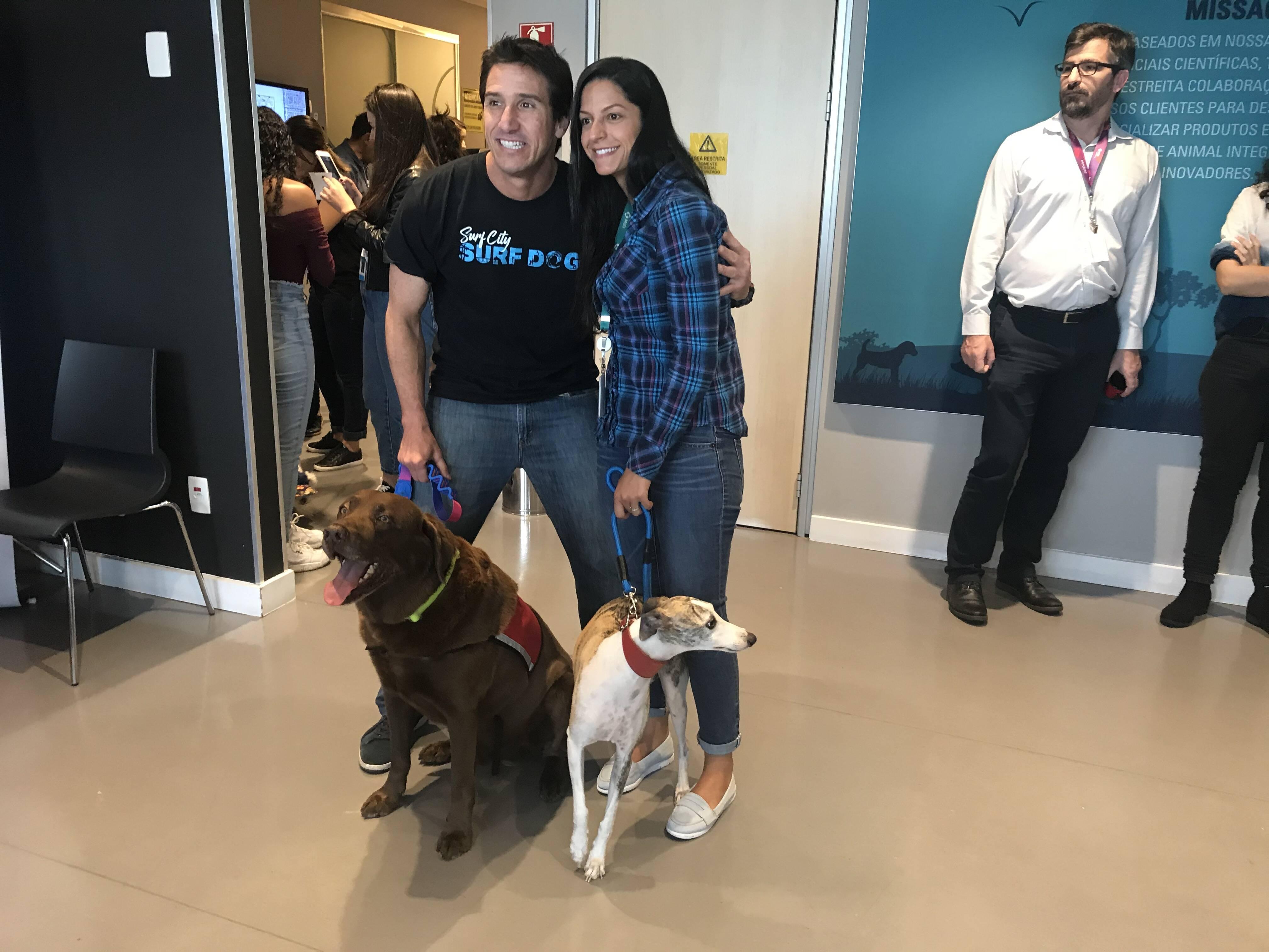 Ivan Moreira e o cão Bono posam ao lado de colaboradores da MSD - Foto Edson Franco