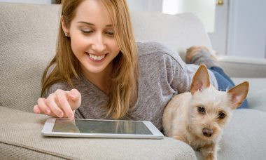 mulher cão tablet - Foto Pexels