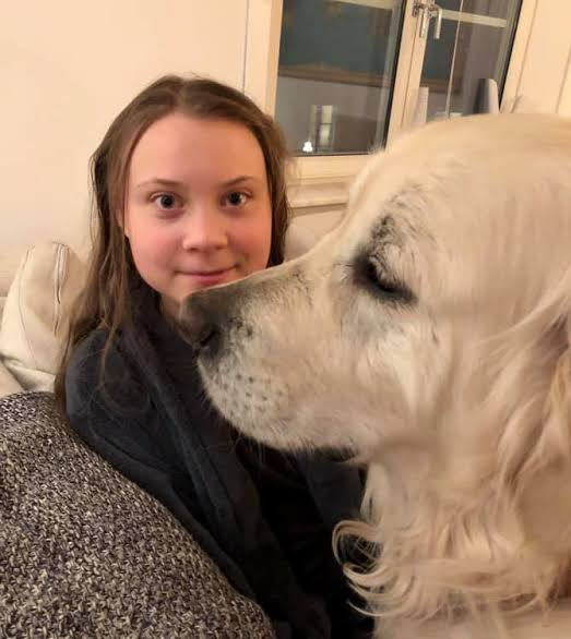 Greta Thunberg e seu golden retriever, Moses - Foto Facebook