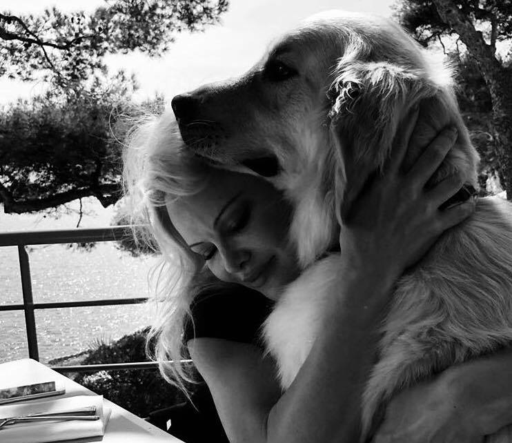 Pamela Anderson e cão golden retriever - Foto Facebook