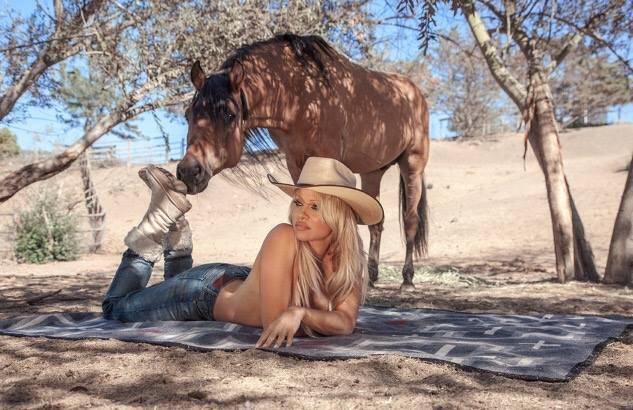 Pamela Anderson e cavalo - Foto Facebook