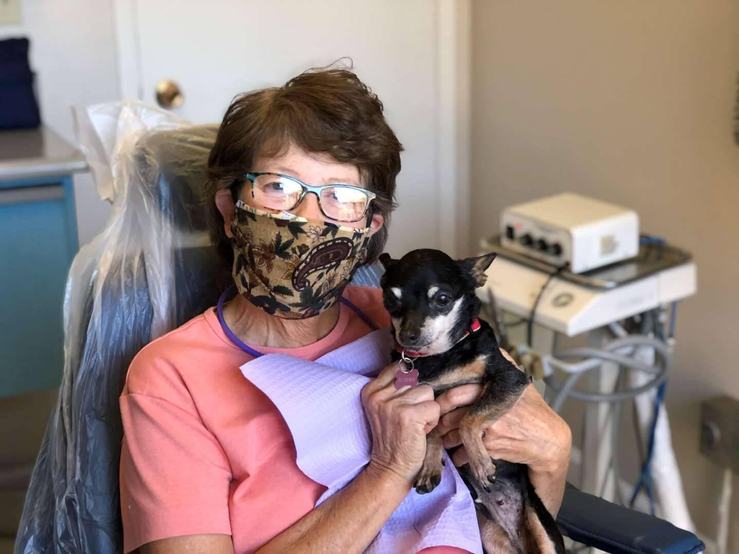 Cachorra banguela acalma pacientes em consultório de dentista