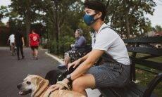 Donos que passeiam com os cães têm 78% mais chance de contrair Covid-19, diz estudo