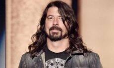 Líder dos Foo Fighters, Dave Grohl leva seu gato para passear com guia e coleira