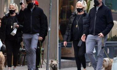 Hugh Jackman e sua mulher curtem passeio com cães em Nova York