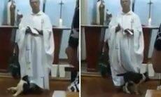 Vídeo: Cão testa paciência de padre, que prossegue com a missa
