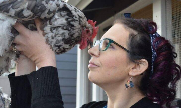 Dona gasta R$ 54 mil em cirurgia cardíaca para salvar sua galinha de estimação