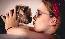 Mais de 1,6 milhão de britânicos beija seus cães na boca, revela pesquisa
