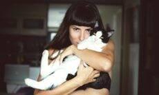 Saiba como pegar no colo um gato que não gosta de ser carregado