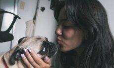 Donos beijam mais seus cães que seus parceiros, indica nova pesquisa