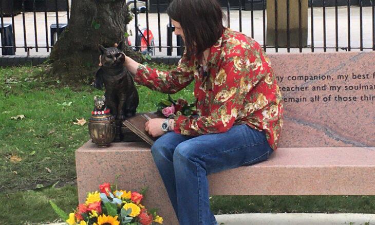 Gato que inspirou best-seller ganha estátua em Londres