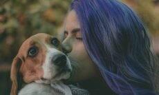 Vídeo: donos beijam seus cães, e as reações dos bichinhos quebram a web