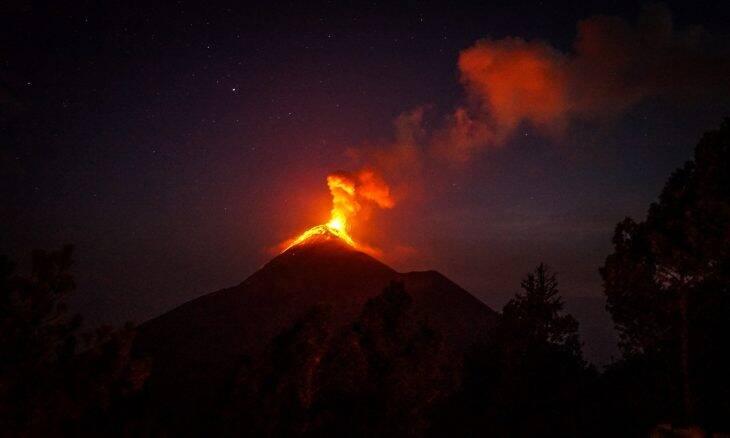 Operador de drone vai tentar salvar cães ilhados por lava de vulcão